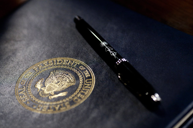 presidential_seal_pen (64K)