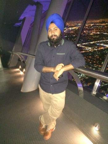 Writer on Skybridge of Kingdom Tower (44K)