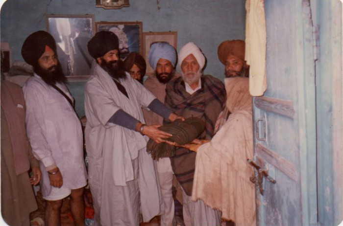 Punjab Singh with flood victims (64K)