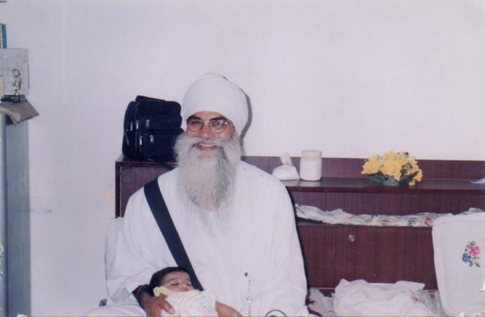 Punjab Singh with grandson (46K)