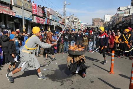Guru-Gobind-Singh-Jayanti-2019-Sikhs-Display-Gatka-Skills-7.jpg