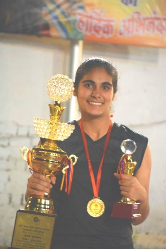 Asmat Kaur trophy.jpg