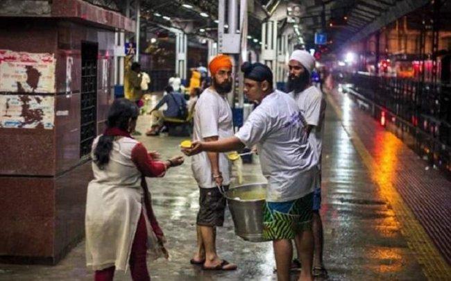 sikhs help 9 mumbai flood.jpg